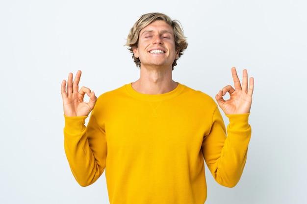 Engelse man over geïsoleerde witte achtergrond in zen pose