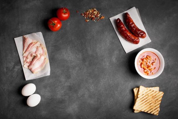 Engelse ontbijtingrediënten op een zwart bord