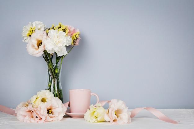 Engelse thee omringd door bloemen