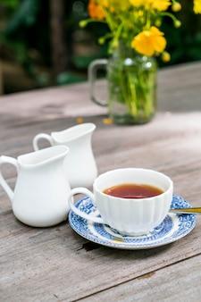 Engelse thee op de tafel