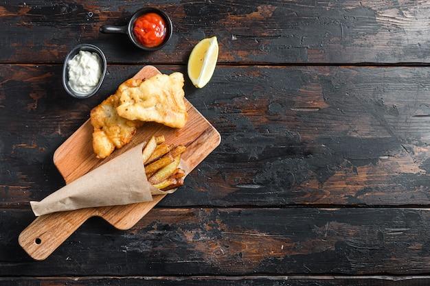 Engelse traditionele fish and chips met gepureerde munterwten en tartaarsaus