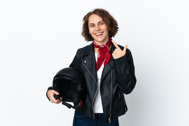 Engelse vrouw die een geïsoleerde motorhelm houdt met een duim omhoog gebaar