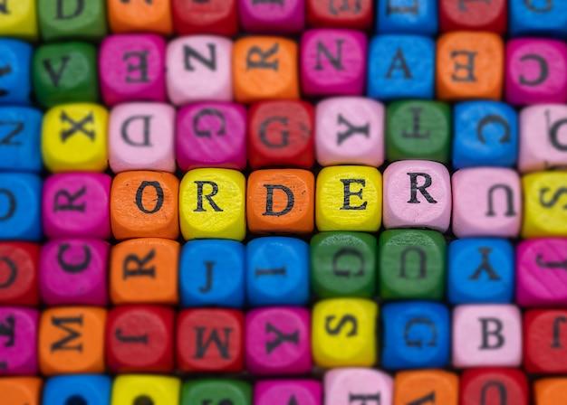 Engelse woordvolgorde op willekeurig verspreide gekleurde blokjes