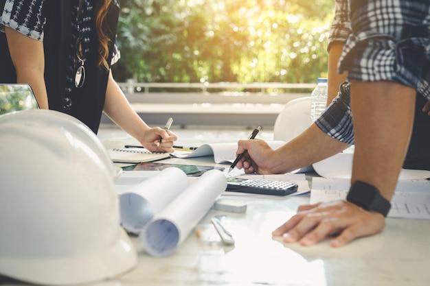 Engineer constructie mensen groep teamwerk vergadering project blauwdruk.