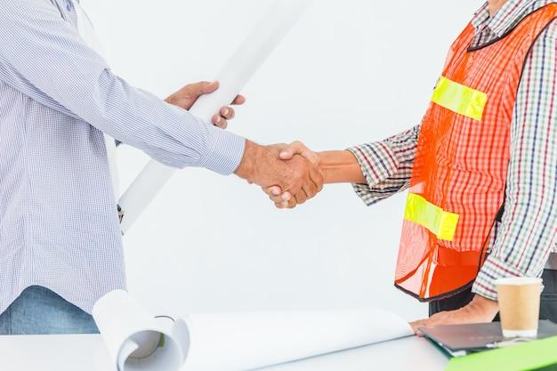 Engineer constructor handshaking afwerking deal-project