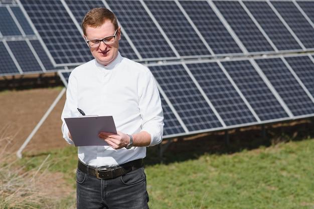 Engineer man in de buurt van zonnepaneel