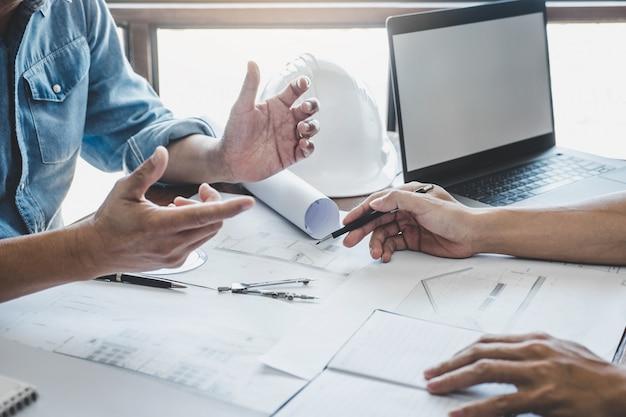 Engineer teamwork meeting, tekenen aan blauwdrukvergadering voor project werken met partner op modelbouw en engineeringtools in werklocatie, constructie en structuurconcept