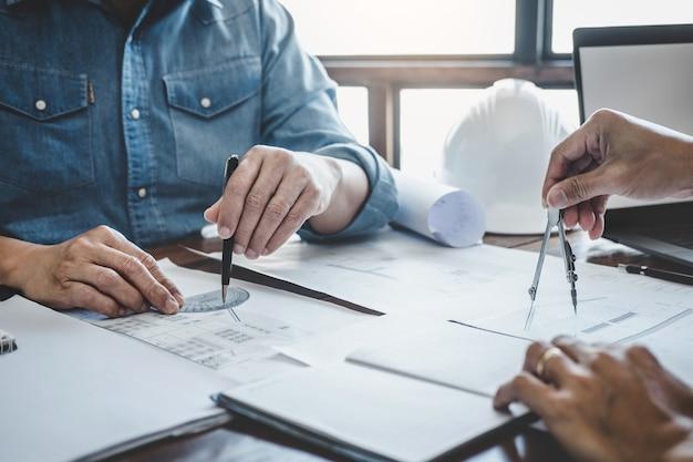 Engineer teamwork meeting, tekening bezig met blauwdrukvergadering voor project met partner
