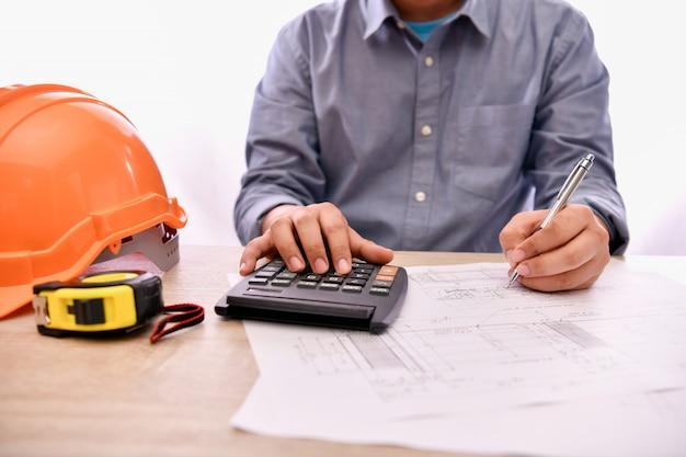 Engineering concept. de ingenieur werkt op kantoor. ingenieurs ontwerpen hun werkberekeningen.