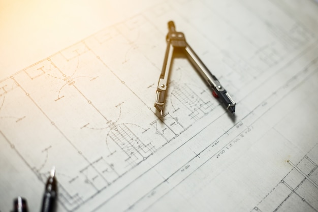 Engineering en tekengereedschappen op tafel