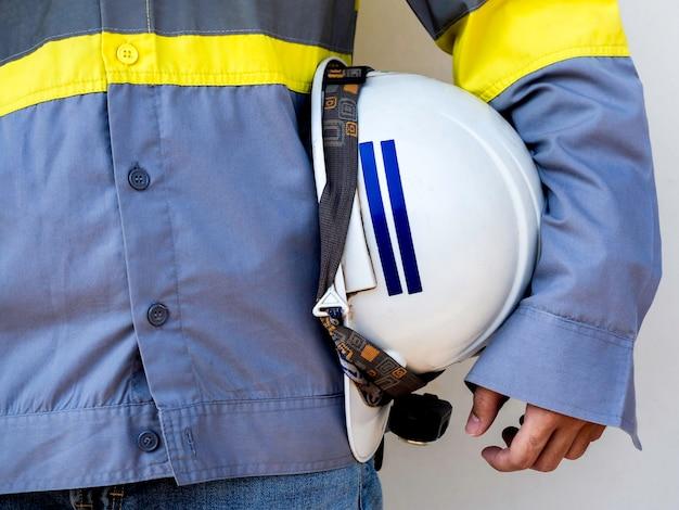 Engineering mensen dragen gele hoge zichtbaarheid veiligheidsvest met witte veiligheidshelm