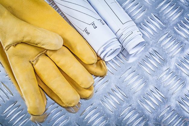 Engineering plant lederen veiligheidshandschoenen op gecanneleerde metalen plaat