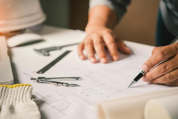 Engineering werkt aan het ontwerp, de constructie op de werktafel met werkuitrusting.