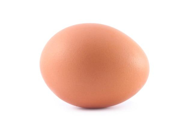 Enig bruin kippenei dat op wit wordt geïsoleerd