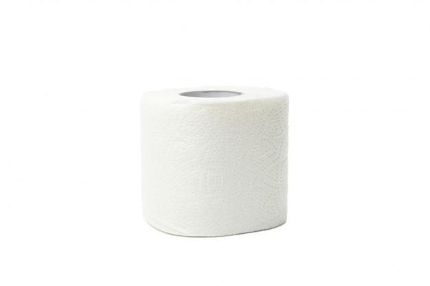 Enig toiletpapier dat op wit wordt geïsoleerd