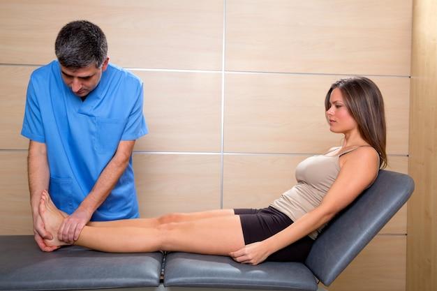 Enkel en voetonderzoek arts aan vrouwenpatiënt