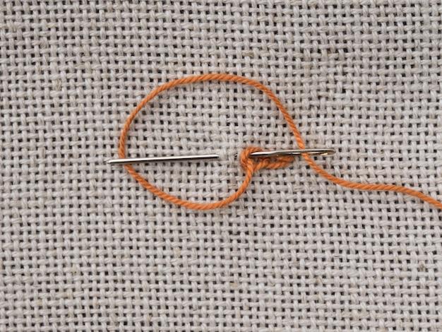 Enkele borduursteken op het canvas met een naald