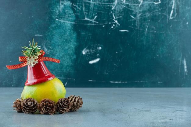 Enkele citroen met kerstversiering op marmer.