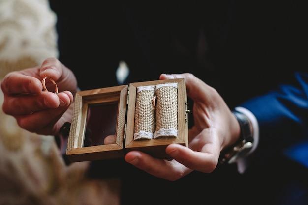 Enkele gouden en zilveren trouwringen