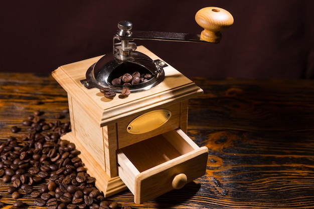 Enkele handmatige koffiemolen met verspreide bonen