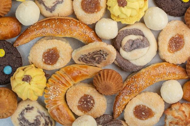 Enkele heerlijke verse koekjes op witte tafel.