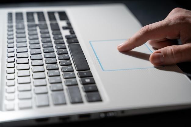 Enkele vinger druk op de laptop toetsenbord, close-up schoon beeld met zonnevlam