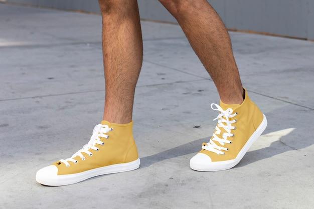 Enkelsneakers heren geel streetstyle kledingshoot