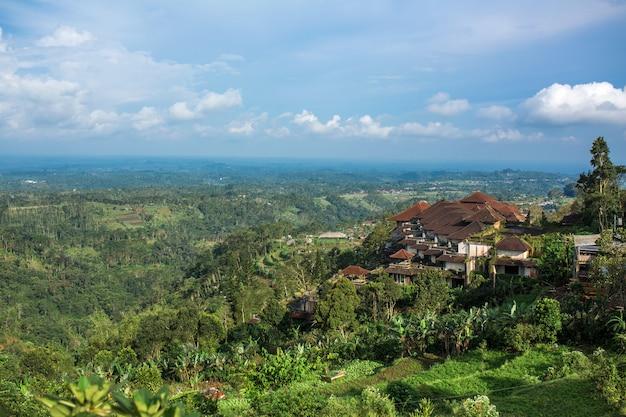 Enorm hotelcomplex op een heuvel met uitzicht op het landschap van de groene jungle