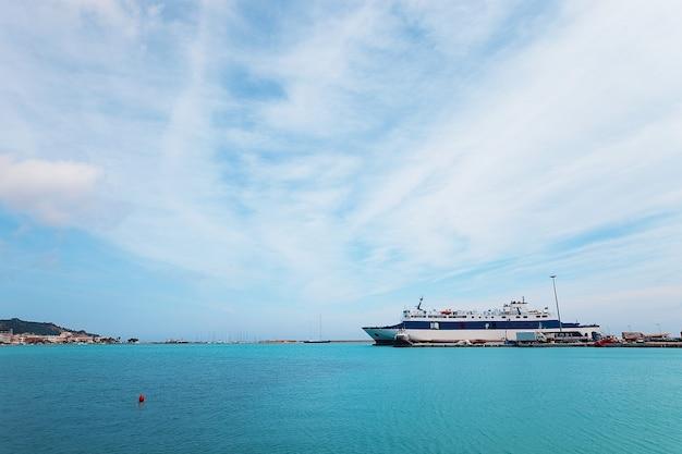 Enorm jacht aangemeerd bij marina flisvos in faliro, athene, griekenland