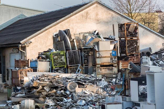 Enorm metalen en plastic afvalstortmagazijn buitenshuis.