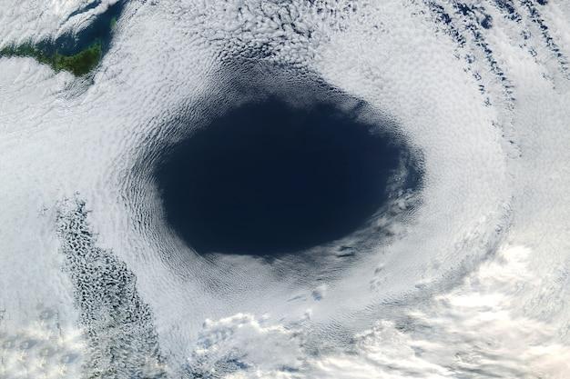 Enorm ozongat. elementen van deze afbeelding zijn geleverd door nasa. voor welk doel dan ook.