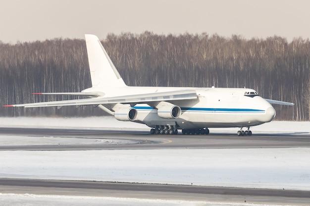 Enorm wit vrachtvliegtuig dat op de landingsbaan belast