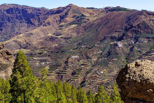 Enorme berg op het eiland gran canaria met huizen en wegen op de steile helling. canarische eilanden. europa.
