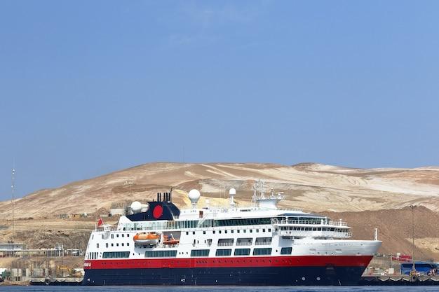 Enorme boot verankerd aan de oevers van de baai van paracas in pisco
