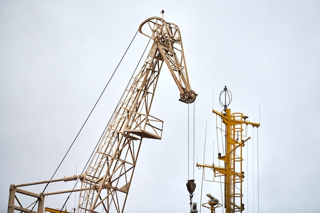 Enorme havenkraan in de haven. kraan voor zware ladingen in zeehaven, vrachtcontainerwerf, containerschipterminal. zaken en commercie, logistiek