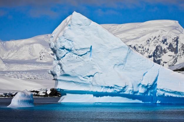 Enorme ijsberg in antarctica