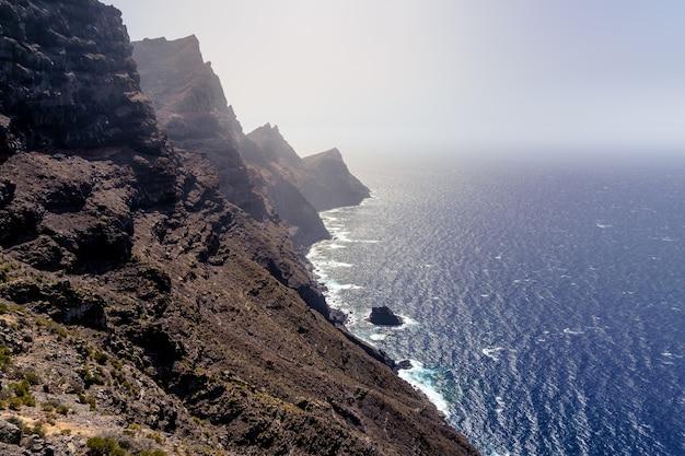 Enorme klif boven de zee, torenhoge bergen aan zee, verhoogd uitzicht op de verre horizon. gran canaria. spanje. europa,