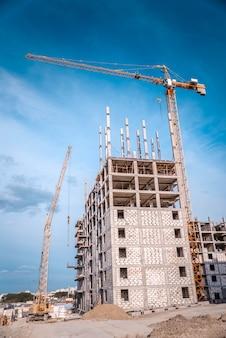 Enorme kraan en bouwinstallatie