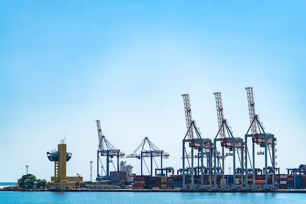 Enorme kranen en containers