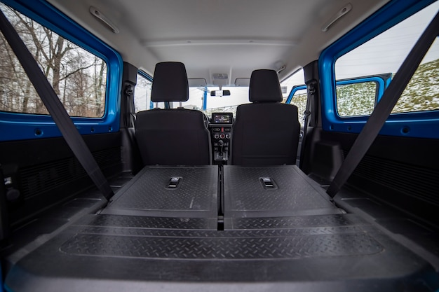 Enorme lege auto kofferbak in interieur van compacte suv. achterbank in offroad suv auto gevouwen in platte flor