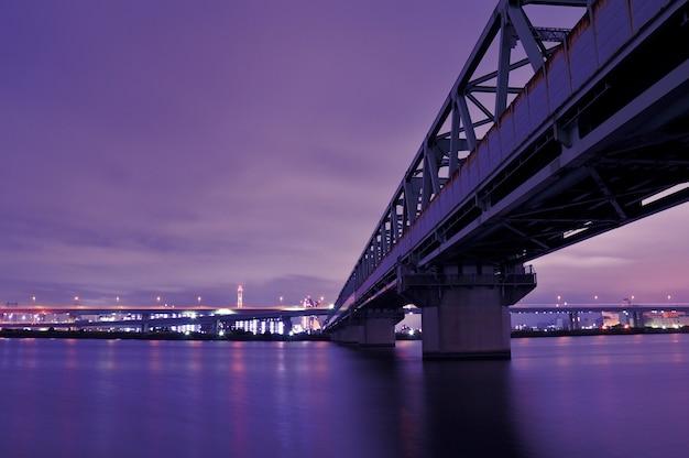 Enorme metalen spoorwegbrug over de wateren van de rivier de arakawa in tokio, japan