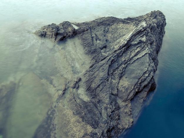 Enorme ondergedompelde rotsformatie met rond zeewater