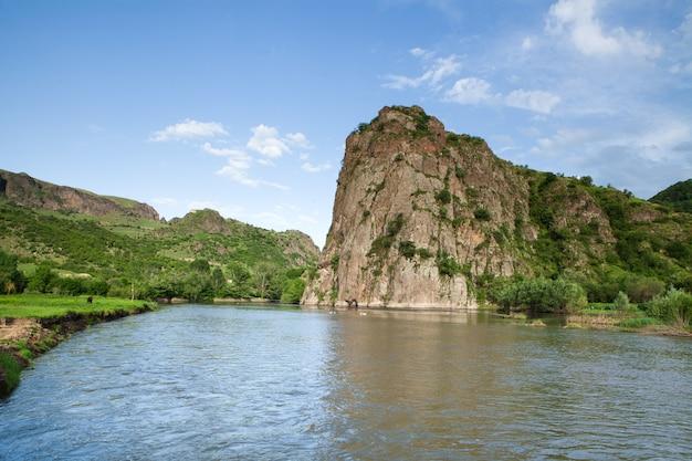 Enorme rots en rivier in het voorjaar