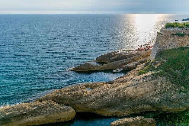 Enorme rotsblokken zijn natuurlijke golfbrekers tijdens een storm.