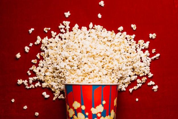 Enorme stapel popcorn op bioscoopvloer