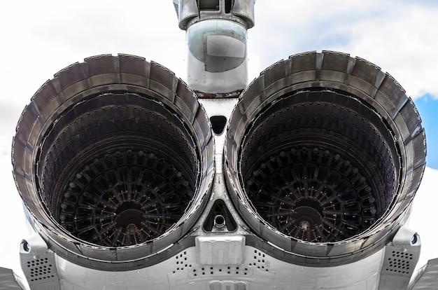 Enorme turbines van de vliegtuigmotor van een militaire jager.