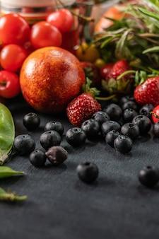 Enorme variëteit aan verse rauwe oogst van fruitgroenten en bessen