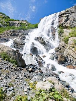 Enorme waterval tussen de rotsachtige bergen