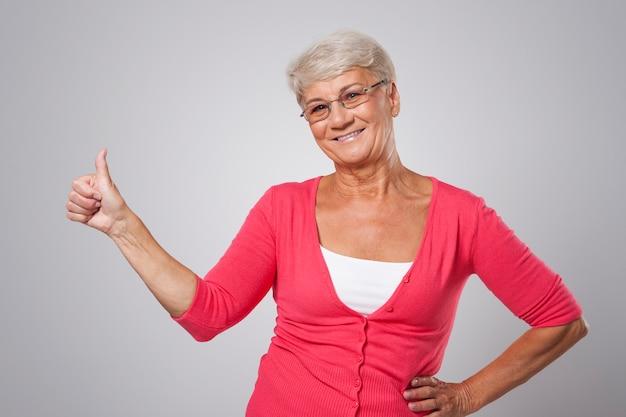 Enthousiaste goedkeuring van oudere vrouw