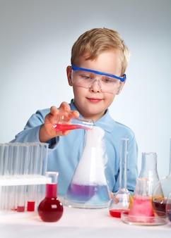 Enthousiaste schooljongen met zijn experiment